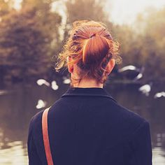 http://www.thinkstockphotos.de/image/stock-foto-rear-view-of-young-woman-watching-birds/451060443/popup?sq=alleine/f=CPIHVX/s=DynamicRank