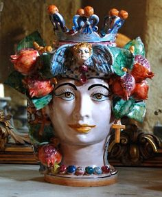 Teste come vasi nella tradizionale ceramica siciliana. Heads as pots in the traditional Sicilian ceramics.