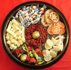 TEN GOOD LUCK FOODS FOR CHINESE NEW YEAR - The Tray of Togetherness. Put out for snacking, or give as a gift, 8 (symbolic lucky number) compartments filled with things ;ucky foods like kumquats for prosperity, coconut for togetherness, longans to brin Chinese New Year Traditions, Chinese New Year Party, Chinese New Year Decorations, Silvester Snacks, Silvester Party, Chinese Candy, Chinese Food, Chinese Desserts, Chinese Style