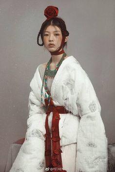 中国风服饰 设计师:汪义成 Oriental Fashion, Ethnic Fashion, Asian Fashion, Mode Inspiration, Character Inspiration, Vogue Korea, Mode Style, Asian Style, Traditional Dresses