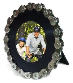 Round photo frame made from an upcycled bike chain, by Hipcycle.