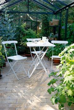 Stolene har jeg - men mangler præcis sådan et bord. Greenhouse Interiors, Simple Interior, Outdoor Furniture Sets, Outdoor Decor, My Secret Garden, Winter Garden, Folding Chair, Topiary, Conservatory