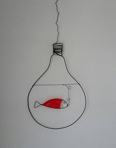 A small red fish in an unusual place: a light bulb. Rest assured, it requires no maintenance and although it is made of wire and colorful plastic there as conversation than a real fish... so companion idea, which only serves to be used as a humorous wink...