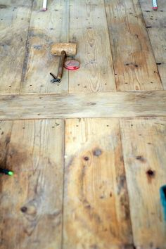 j'aime beaucoup .... Un vieux plancher simple, c'est ce que je voudrai dans la pièce à vivre chez moi