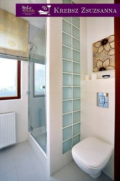 A dekor textilből készített római roló ideális árnyékoló megoldás a fürdőszobai ablakokra is. A nappali belátás az ablakszárnyakra tépőzárral rögzített fényáteresztő anyaggal (voile, organza, csipke) megakadályozható.