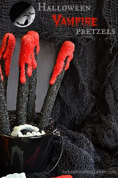 Halloween Vampire Pretzels (Lady Behind the Curtain) Halloween Pretzels, Halloween School Treats, Halloween Sweets, Halloween Baking, Halloween Party Supplies, Theme Halloween, Halloween Goodies, Halloween Food For Party, Halloween Cupcakes