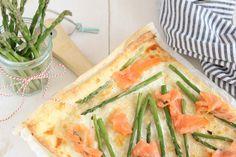 Een flammkuchen met zalm en groene asperges is ideaal als voorgerecht, borrelhap, diner met een groene salade erbij of als onderdeel van een (paas) lunch.