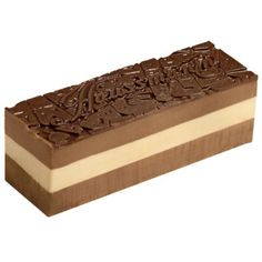 Bûche Haussmann - Monoprix:  Un dessert très parisien que cette bûche Haussmann glacée chocolat intense et sorbet vanille.