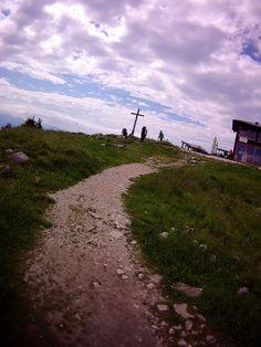 Gipfelkreuz auf der Hochries... direkt dahinter der West Startplatz für Paraglider und Gleitsegel Piloten