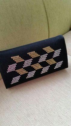 Tel kırma çanta 60 lira Bargello, Handmade Bags, Embroidery Designs, Sunglasses Case, Projects To Try, Cross Stitch, Purses, Sewing, Crochet
