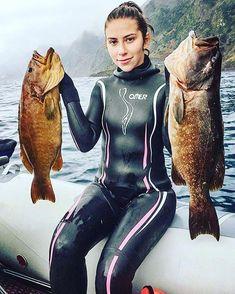 Diver Art Under The Sea Astronaut Diver Tattoo Women's Diving, Diving Suit, Scuba Diving Gear, Bass Fishing Tips, Spear Fishing, Scuba Diving Magazine, Diver Tattoo, Diving Wetsuits, Scuba Girl