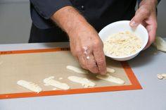 Υπέροχοι Εργολάβοι με 3 υλικά | Συνταγές - Sintayes.gr Greek Sweets, Plastic Cutting Board