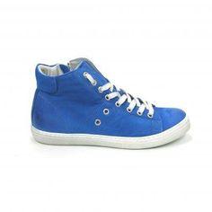 Stoere boots van het merk Aqa, model A1901! Uitgevoerd in kobaltblauw leder. Op beide zijkanten zitten twee sierringen. Op de tong staat het logo van Aqa. Deze gympen worden gesloten met een veter en een rits, dus heel gemakkelijk aan en uit te trekken. Geheel van leder met een stevige rubber zool. Nu online te bestellen via Shoehoo.nl! Aqa, Chuck Taylor Sneakers, Chuck Taylors, Shoes, Fashion, Moda, Zapatos, Shoes Outlet, Fashion Styles