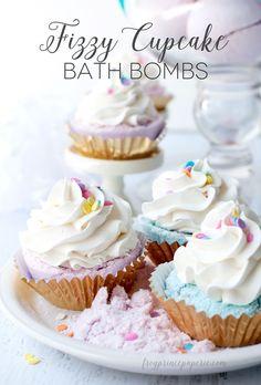 Cupcake Bath Bombs Lush has nothing on these beautiful bath bombs. These fizzy cupcake bath bombs look good enough to eat!Lush has nothing on these beautiful bath bombs. These fizzy cupcake bath bombs look good enough to eat! Diy Beauté, Diy Spa, Easy Diy, Fun Diy, Cupcakes, Diy Savon, Limpieza Natural, Cupcake Bath Bombs, Homemade Bath Bombs