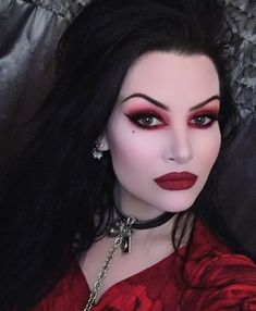 Spooktacular Vampire Makeup Ideas You Need To See For Halloween - Make Up - Fashionable Soirée Halloween, Halloween Vampire, Halloween Makeup Looks, Vampire Makeup Looks, Vampire Costumes, Halloween Season, Sleepy Hollow, Witch Makeup, Scarecrow Makeup