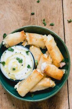 Feta honing rolletjes van filo deeg. Lekker om met wat griekse yoghurt als verjaardags hapje te serveren. Ook perfect als onderdeel van een mezze plank!