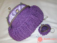 bolso de fiesta realizado en ganchillo con hilo de seda color lila y llavero-monedero haciendo juego
