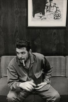 These fascinating photographs are portrait of Che Guevara that were taken by Elliott Erwitt during an interview with Lisa Howard in Havana, . Magnum Photos, Che Guevara Tattoo, Che Guevara Photos, Che Quevara, Pop Art Bilder, Ernesto Che Guevara, Elliott Erwitt, Power Trip, Fidel Castro