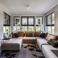 In de woonkamer hangt geweven hout. Een raamdecoratie product dat veel warmte aan je interieur toevoegt. Window Coverings, Blinds, Lounge, House Design, Couch, Windows, Curtains, Interior Design, Interior Ideas