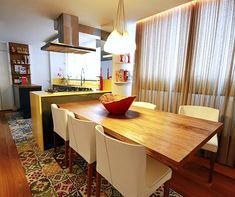 """Aquele seu sonho de ter uma mesa de jantar enorme para caber a família e amigos pode se tornar uma frustração com estas salas pequenas, eu sei! Mesmo que não dê para aquele """"mesão"""", pode ser que você consiga mais assentos pensando em organização e formatos diferentes! Veja só:"""