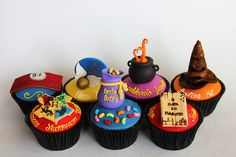 I adore these Harry Potter cupcakes! This would be the best birthday cupcakes… Harry Potter Cupcakes, Cumpleaños Harry Potter, Harry Potter Birthday, Harry Harry, Ron Y Hermione, Muffins, Anniversaire Harry Potter, Cake Wrecks, Gateaux Cake