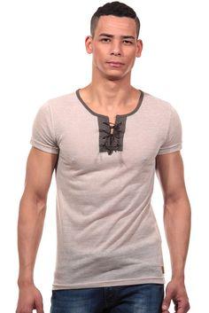 T-Shirt mit Schnürung slim fit    Für den perfekten Sommerlook eignet sich dieses leicht zu tragende T-Shirt von CATCH. Der dünne Baumwollstoff ist nicht nur sehr angenehm auf der Haut, sondern lässt maskuline Details minimal durchscheinen. Der kontrastfarbene Halsausschnitt und die lässige Schnürung vorne machen es zum topmodischen Highlight für lässige Outfits.    - trendiges T-Shirt von CATC...