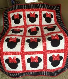 Quilting Patterns and Tutorials: Minnie Mouse Quilt - Free pattern. This would be easy to convert to crochet. Colchas Quilting, Quilting Projects, Quilting Designs, Sewing Projects, Diy Projects, Quilting Ideas, Quilt Baby, Rag Quilt, Quilt Blocks