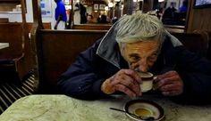 'Café pendiente' invita a realizar acciones altruistas basadas en la confianza.