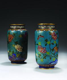 Piasa - CHINE - Fin XVIIIe siècle  Paire de vases de forme cylindrique en bronze doré et émaux cloisonnés à décor de papillons volant parmi les pivoines sur fond de svastika et bleu turquoise.  Hauteur : 30 cm