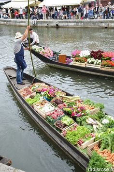 Going to convince Rob to drive me to Amiens, France on his motorcycle so I can buy veggies from these adorable boat vendors. Floating Garden, A Moveable Feast, Amiens, France Travel, Photos, Boat, Places, Landscapes, Motorcycles