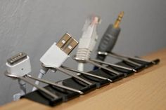Binder Clips as Cable Organizer This is one of the life hacks that would make you say why didn't I that of that. Line up binder clips at the edge of your computer table and use them to hold your cables. Lifehacks, Cord Holder, Charger Holder, Ideas Prácticas, Ideas Para Organizar, Cord Organization, Cord Storage, Organizing Ideas, Cable Storage