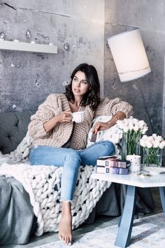 8 Super Comfortable Work From Home Outfits I Love Mr Mittens, Shotting Photo, Viva Luxury, Foto Casual, Look Girl, Shark T Shirt, Coffee Girl, Floral Print Skirt, Embroidered Jacket