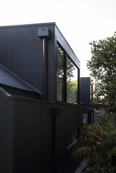 A Californian Bungalow was renovated by Architect Prineas, located in Lane Cove, a suburb on the North Shore of Sydney, NSW, Australia. House Cladding, Exterior Cladding, House Siding, Bungalows, Residential Architecture, Architecture Design, Black Cladding, Bungalow Extensions, Open House Plans