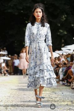 Hairstyle Trend for Retro Puff Volume accessorized with a Headband. Blouse Dress, Dress Skirt, World Of Fashion, Fashion Brands, Luisa Beccaria, Holy Chic, Denim Ideas, Dinner Outfits, Timeless Fashion