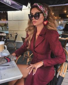 Learn How To Wear A Scarf in 11 Elegant Ways; find how and where to buy quality scarves Source by bdzhaparova fashion outfits Look Fashion, Luxury Fashion, Womens Fashion, Fashion Brand, Classy Outfits, Stylish Outfits, 40s Mode, Look Blazer, Modelos Fashion