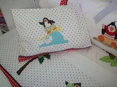 Jogo de lençol para berço 3 pçs, feito em tecido de algodão, padrão americano, todo bordado à mão:  - 1 fronha bordada  - 1 lençol de cima bordado  - 1 lençol com elástico. R$ 120,00