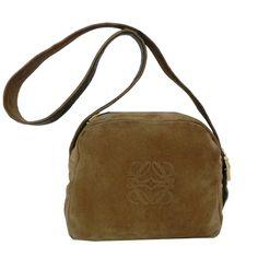 Acaba de llegar este Loewe Vintage Anagram en color oro de ante y piel. Más detalles en look-and-stop.com