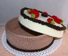 Hoy hay pastel para todas, si mi primera tarta tamaño familiar. Es de crema, fresas y chocolate trufado. Lleva un cordón de chocolate neg...