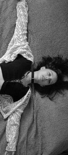 - Mathilda: Lèon credo che mi sto proprio innamorando di te (Lèon quasi soffoca bevendo il latte); è la prima volta per me sai? - Lèon: come fai a sapere che è amore se non sei mai stata innamorata? - Mathilda: Perchè lo sento! - Lèon: Dove? - Mathilda: Nello stomaco, è tutto caldo; ho sempre avuto un nodo lì e adesso non c'è più. - Lèon: Mathilda sono contento che tu non abbia più mal di stomaco! Non credo signichi qualcosa... - dal film Leon