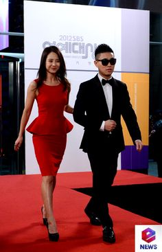 Gary and Song Ji Hyo appear together at the '2012 SBS Entertainment Awards' red carpet