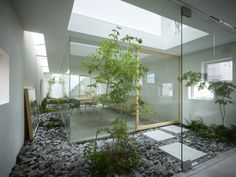 House in Moriyama by Suppose Design Studio The house is on such a narrow site with a rather unattractive surrounding, so it was a brilliant design solution to have the 'garden' enclosed within the house, creating a hidden oasis.