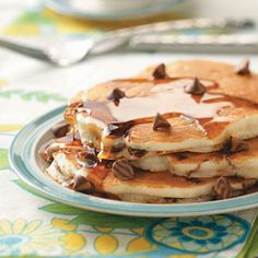 Banana Chip Pancakes - I have some mini-peanutbutter-cup baking chips that are perfect for this recipe! Breakfast Items, Breakfast Recipes, Breakfast Pastries, Pancake Recipes, Breakfast Dishes, Banana Chocolate Chip Pancakes, Chocolate Chips, Chocolate Cake, Great Recipes