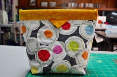 I have a bit of Snap Bag Fever going on lately... On Mondays I sew @ the Quilt Palace with the Harlan Valley Quilte...
