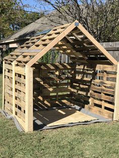 Small pallet shed for my ride-on mower. riding lawn mower - flower ideas - Small pallet shed for my ride-on mower. Pallet Shed Plans, Pallet Barn, Pallet House, Pallet Wood, Shed From Pallets, Pallet Yard Ideas, Pallet Fencing, Pallet Greenhouse, Outdoor Pallet