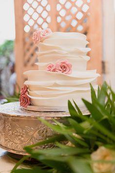 Wedding cake in Kukua Punta Cana. Cake by Cake Studio Bavaro, photo by Destination Wedding Photography Ambrogetti Ameztoy Photo Studio Punta Cana