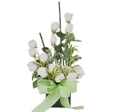Arreglo Floral Nevada - $99.000 [15 Rosas Blancas - Cintillas - Palitos bambú verdes Rusco - Cintilla - Base de madera en cubo - Moño y Tarjeta.]