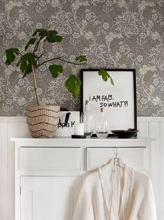 William Morris wallpaper in the lovely swedish home of Anna Kvarnström. William Morris Tapet, William Morris Wallpaper, Morris Wallpapers, Accent Wallpaper, Ideas Hogar, Beautiful Interior Design, Scandinavian Home, Home Interior, Interiores Design