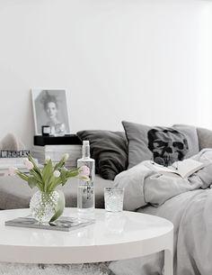 Simplistic black and white room scull