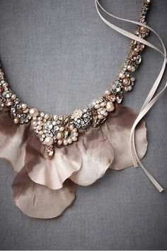 Such a stunning necklace. Love the texture and modern use of pearls, while… Wedding Jewelry, Jewelry Box, Vintage Jewelry, Jewelry Accessories, Fashion Accessories, Jewelry Design, Fashion Jewelry, Jewelry Making, Jewelry Trends