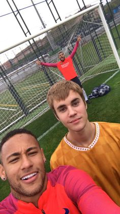 FCBarcelona: @justinbieber pops in on FC Barcelona training session!!! More pics and videos on Snapchat! (SnapFCB)
